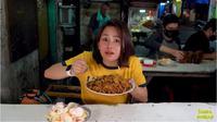 Ada Nasi Goreng Rp100 Ribu di Warung Pinggir Jalan, Apa Istimewanya? foto: Youtube 'Farida Nurhan'