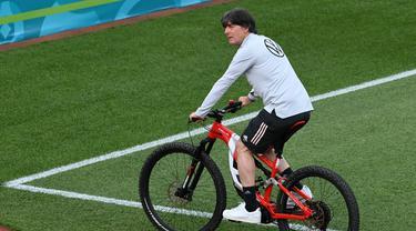 Saat Pemain Jerman Naik Sepeda Hadiri Sesi Latihan