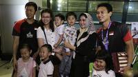 Mohammad Ahsan/Hendra Setiawan disambut keluarga saat tiba di Bandar Udara Internasional Soekarno-Hatta, Cengkareng, Selasa (27/8/2019). (Bola.com/Yoppy Renato)
