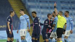 Gelandang PSG, Angel Di Maria (kiri) mendapat kartu merah saat bertanding melawan Manchester City pada leg kedua semifinal Liga Champions di stadion Etihad, Rabu (5/5/2021). City unggul agregat 4-1 atas PSG. (AP Photo/Dave Thompson)