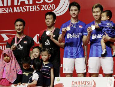 Ganda Putra Indonesia, Kevin Sanjaya/Marcus Fernaldi dan Mohammad Ahsan/Hendra Setiawan, berada di podium usai laga final Daihatsu Indonesia Masters 2020 di Istora, Jakarta, Minggu (19/1). Kevin/Marcus menang 21-15, 21-16. (Bola.com/M Iqbal Ichsan)
