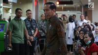 Presiden Joko Widodo meninjau layanan konsultasi Online Single Submission (OSS) BKPM di PTSP BKPM, Jakarta, Senin (14/1). Peninjauan ini untuk mengecek langsung bagaimana praktik sistem OSS yang sudah diterapkan pemerintah. (Liputan6.com/Angga Yuniar)