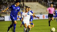 Bek timnas Filipina, Simone Rota, dipastikan absen di Piala AFF 2016 karena cedera ACL. (AFP/Jay Directo)