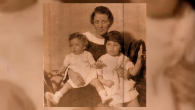 Nenek si penulis, Marjorie Straus, dengan ibu si penulis, Margot Petrow (kiri) dan bibi si penulis, Ann Youngwood (kanan). (Sumber Susan Youngwood)