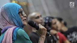 Manajer Slank, Bunda Ifet menjadi narasumber acara Halal Bihalal sekaligus Hari Anti Narkotika Internasional (HANI) di Jakarta, Rabu (27/6). Bunda Ifet mengungkapkan proses personel Slank lepas dari jeratan kecanduan narkoba. (Liputan6.com/Faizal Fanani)