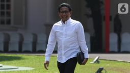 Ketua DPRD Jawa Timur fraksi PKB Abdul Halim Iskandar tersenyum saat tiba di Istana Kepresidenan, Jakarta, Selasa (22/10/2019). Kakak dari Ketum PKB Muhaimin Iskandar itu tampil berkemeja putih seperti calon-calon menteri yang dipanggil Presiden Joko Widodo. (Liputan6.com/Angga Yuniar)