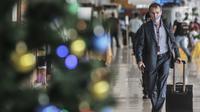 Seorang warga negara asing (WNA) terlihat di Bandara Halim Perdanakusuma, Jakarta, Kamis (17/12/2020). Pemerintah mewajibkan penumpang yang ingin keluar masuk Jakarta untuk melakukan rapid test antigen mulai 18 Desember 2020 - 8 Januari 2021. (merdeka.com/Iqbal Nugroho)