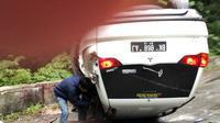 Diduga sopir mengantuk, satu mobil Mitsubishi Pajero Sport mengalami kecelakaan tunggal di Jalan Lintas Pematang Siantar-Parapat, Sumatera Utara. (Liputan6.com/Reza Efendi)