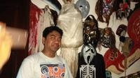 Salah satu anggota Semarangker berpose di depan benda-benda lucu namun sering dianggap mistis. (foto: Liputan6.com / edhie prayitno ige)