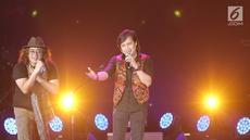 Grup band KLa Project membawakan lagu dalam konser bertajuk Karunia Semesta di JCC Plennary Hall, Jakarta Pusat, Rabu (5/12). Konser tersebut sebagai perayaan 30 tahun eksistensi KLa Project di blantika musik Indonesia. (New Fimela/Bambang Eros)