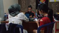 Vr melaporkan kekasihnya yang berinisial JMP ke Polres Gorontalo Kota lantaran telah melakukan penganiayaan terhadap dirinya. (Liputan6.com/ Arfandi Ibrahim)