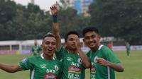 Pemain PSS Sleman, Irkham Mila (tengah) melakukan selebrasi bersama rekan setim usai mencetak gol ke gawang Persiraja Banda Aceh dalam laga pekan kedua BRI Liga 1 2021/2022 di Stadion Madya, Jakarta, Sabtu (11/9/2021). PSS Sleman kalah 2-3. (Foto: Bola.Co