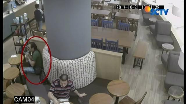 Aksi seorang pria saat mencuri tas terekam CCTV mal di Surabaya. Pelaku mengaku sudah melakukan aksi tersebut beberapa kali.