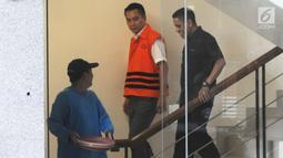 Anggota Komisi I DPR dari Fraksi Golkar, Fayakhun Andriadi menuruni tangga usai melengkapi berkas kasus dugaan suap pengadaan satelit monitoring atau pengawasan di Bakamla di gedung KPK, Jakarta, Kamis (21/6). (Merdeka.com/Dwi Narwoko)