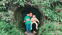Putri Titian bersama kedua anaknya saat berwisata ke Bandung (Dok.Instagram/@putrititian/https://www.instagram.com/p/B6s189MHxko/Komarudin)