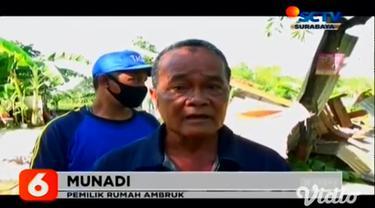 Angin puting beliung yang menerjang dua kecamatan di Kabupaten Tuban, Jawa Timur, mengakibatkan puluhan rumah menjadi ambruk pada Selasa petang (17/11). Salah satunya Munadi (62) warga Desa Bulurejo.