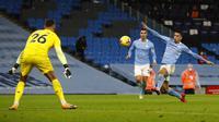 Joao Cancelo (kanan) dinobatkan sebagai man of the match saat Manchester City meraih kemenangan 2-0 atas Newcastle United, pada laga pekan ke-15 Premier League di Stadion Etihad, Minggu (27/12/2020) dini hari WIB. (JASON CAIRNDUFF/POOL/AFP)