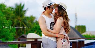 Pasangan Dewi Perssim dan Angga Wijaya tak malu lagi mengumbar kemesraannya di publik. Hal itu terlihat dari beberapa foto yang dibagikan oleh keduanya dalam Instagram. (Instagram/anggawijaya88)