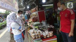 Warga memilih menu makanan khas Sumatera Barat di kawasan Food Street Kramat, Jakarta, Jumat (30/4/2021). Kawasan yang menjual beragam menu makanan khas Sumatera Barat selalu ramai dikunjungi pecinta kuliner terutama jelang waktu berbuka puasa. (Liputan6.com/Helmi Fithriansyah)