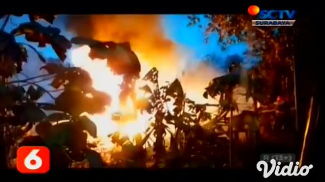 Sebuah gudang tempat penimbunan BBM, jenis solar dan dua rumah warga di Kabupaten Tuban, Jawa Timur hangus terbakar dilalap api. Kemudian, api diduga berasal dari korsleting listrik pada pompa air.