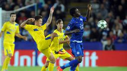 Pemain Porto, Otavio (kiri)  berebut bola dengan pemain Leicester City, Daniel Amartey pada pada lanjutan liga Champions grup G di Stadion King Power, Leicester, Rabu (28/9/2016) dini hari WIB. Leicester menang 1-0. (AP Photo/Rui Vieira)