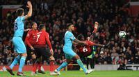 Gelandang Manchester United, Paul Pogba berusaha menendang bola ke gawang Newcastle United saat bertanding pada lanjutan Liga Inggris di stadion Old Trafford (6/10). MU menang tipis atas Newcastle 3-2. (AP Photo/Jon Super)