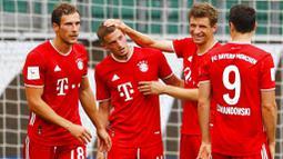 Pemain Bayern Munchen merayakan gol yang dicetak oleh Mickael Cuisance ke gawang Wolfsburg di Volkswagen Arena, Sabtu (27/6/2020). Kemenangan itu membuat Bayern kokoh di puncak klasemen sekaligus mengunci gelar juara Bundesliga. (AP/Kai Pfaffenbach)