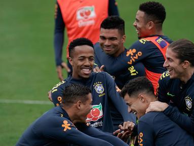 Para pemain Brasil bercanda saat sesi latihan di pusat pelatihan Granja Comary di Teresopolis, Brasil (6/7/2019). Brasil akan bertanding melawan Peru pada babak final Copa America 2019. (AP Photo/Leo Correa)