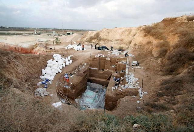 Gambar yang dirilis 24 Juni 2021 menunjukkan situs penggalian tempat penemuan sisa-sisa tulang dari jenis manusia purba yang tidak dikenal di dekat kota Ramla, Israel. Para ilmuwan telah menamai garis keturunan yang baru ditemukan itu sebagai