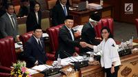 Menkeu Sri Mulyani meyerahkan pandangan akhir pemerintah soal RUU APBN 2019 beserta Nota Keuangan kepada Ketua DPR Bambang Soesatyo usai dibacakan pada Rapat Paripurna DPR di Jakarta, Rabu (31/10). (Liputan6.com/JohanTallo)