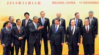 Presiden RI Joko Widodo (kedua kiri depan) berfoto bersama saat acara APEC Economic Leader's Meeting 2014 di Beijing, Tiongkok (11/11/2014)(Antara Foto/Setpres)