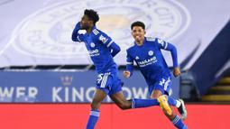 Gelandang Leicester City, Wilfred Ndidi (kiri) melakukan selebrasi usai mencetak gol pertama timnya ke gawang Chelsea dalam laga lanjutan Liga Inggris 2020/21 pekan ke-19 di King Power Stadium, Leicester, Selasa (19/1/2021). Leicester City menang 2-0 atas Chelsea. (AFP/Michael Regan/Pool)