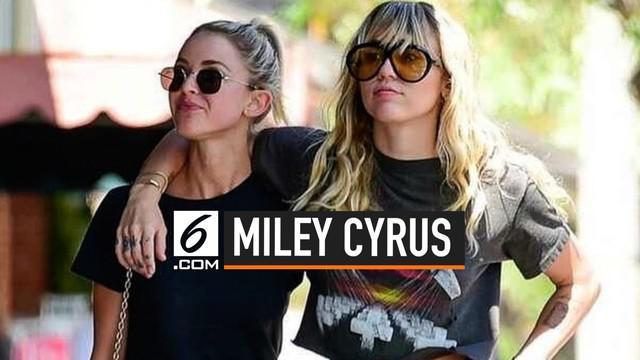 Miley Cyrus dan Kaitlynn Carter kembali memamerkan kebersamaannya di muka umum. Miley dikabarkan dekat dan menjalin hubungan dengan Kaitlyn pasca mengumumkan perceraiannya dengan Liam Hemsworth.