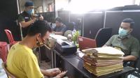 DF tertunduk menyesal saat diinterogasi petugas Mapolrestabes Palembang, usai menguras uang di ATM kekasihnya (Liputan6.com / Nefri Inge)