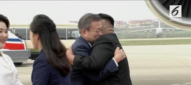 Presiden Korea Selatan Moon Jae-in beserta istrinya mendarat di bandar udara Pyongyang, Korea Utara. Moon disambut pelukan hangat pemimpin Korut Kim Jong-un.