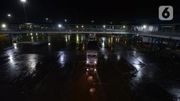 Sejumlah truk yang akan menyeberang terlihat di Pelabuhan Merak, Banten, Selasa (19/5/2020). Memasuki H-6 Lebaran, arus penyeberangan penumpang maupun kendaraan terpantau masih sepi. (merdeka.com/Imam Buhori)