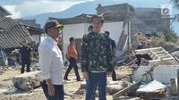Presiden Joko Widodo (Jokowi) didampingi Menteri Koordinator Bidang Politik, Hukum,dan Keamanan Wiranto meninjau lokasi reruntuhan bangunan akibat gempa dan tsunami di Kota Palu, Sulawesi Tengah, Minggu (30/9). (Liputan6.com/Septian Deny)