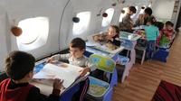 Gari Chapidza seorang guru asal Rustavi, Georgia berhasil mengubah kabin sebuah pesawat terbang menjadi sebuah taman kanak-kanak.