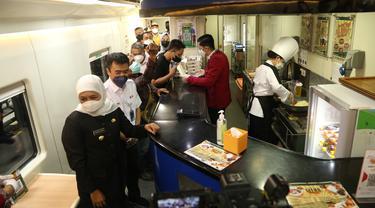 Gubernur Jatim Khofifah meninjau fasilitas kereta Surabaya. (Dian Kurniawan/Liputan6.com)
