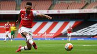 Striker Arsenal, Pierre-Emerick Aubameyang, melepaskan tendangan ke arah gawang Norwich City pada laga lanjutan Premier League pekan ke-32 di Emirates Stadium, Kamis (2/7/2020) dini hari WIB. Arsenal menang 4-0 atas Norwich City. (AFP/Shaun Botteril/pool)