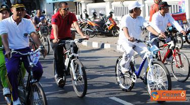 Citizen6, Kendal: Dalam rangka HUT TNI yang ke 66 jajaran Kodim 0715/Kendal menggelar Sepeda Santai bertempat di Alun Alun Kendal pada, Minggu (25/9). Kegiatan itu diikuti ribuan peserta. (Pengirim: Aryo Widiyanto)