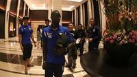 Pemain Persib, Makan Konate dan teman-temannya saat tiba di hotel setelah final Piala Presiden 2015 di Stadion Utama Gelora Bung Karno, Jakarta, Minggu (18/10/2015). (Bola.com/Nick Hanoatubun)
