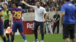 Pelatih  Chelsea Frank Lampard menginstruksikan pemainnya saat bertanding melawan Barcelona pada laga perdana pramusim di Saitama Stadium 2002, Saitama, Selasa (23/7/2019). Chelsea menang tipis 2-1 atas Barcelona. (AP Photo/Shuji Kajiyama)