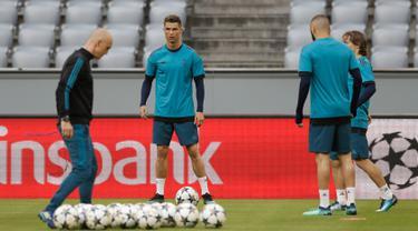 Pemain Real Madrid, Cristiano Ronaldo (dua kiri) pemanasan saat sesi latihan di Munich, Jerman, Selasa (24/4). Real Madrid akan dijamu Bayern Munchen pada leg pertama semifinal Liga Champions. (AP Photo/Matthias Schrader)