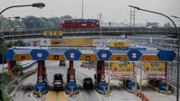 Kendaraan memasuki area gerbang tol Jagorawi, Jakarta, Rabu (8/7/2015). Pemerintah mulai Selasa (7/7) pukul 00.00 WIB memberikan diskon tarif seluruh ruas jalan tol sebesar 25-35 persen sampai Rabu (22/7) pukul 24.00 WIB. (Liputan6.com/Faizal Fanani)