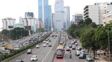 Sejumlah kendaraan melintas di ruas tol Jalan Gatot Soebroto, Jakarta, Rabu (30/1). Ketua DPR Bambang Soesatyo mengusulkan agar pemerintah mulai mewacanakan perizinan penggunaan jalan tol oleh pengguna sepeda motor. (Liputan6.com/Immanuel Antonius)