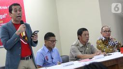 Anggota DPR Komisi XI Kamrussamad memberikan paparan seputar tantangan dan solusi investasi ilegal di tengah krisis ekonomi pasca virus Covid-19 di Cengkareng, Jakarta Senin (9/3/2020). Kegiatan bersama OJK ini bertujuan untuk memberikan edukasi dan literasi ke masyarakat. (Liputan6.com/HO/Bon)