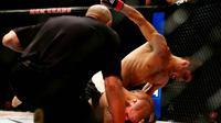 Pemain UFC Jason Saggo (atas) saat akan memukul lawannya Justin Salas pada pertandingan UFC 196 di MGM Grand Garden Arena, Las Vegas, (5/3). UFC adalah singkatan dari (ULTIMATE FIGHTING CHAMPIONSHIP). (Rebilas-USA TODAY Sports)