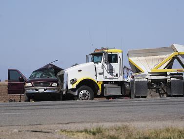 Truk Tabrak Mobil SUV Penuh Penumpang, 13 Tewas