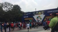 Penutupan Asian Games 2018, Warga Rela Antre 2 Jam demi Dapat Suvenir (LIputan6.com/M.Radityo P.)